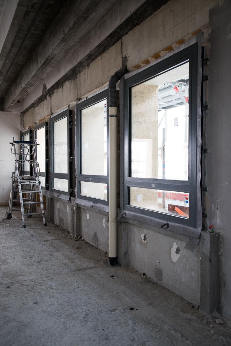 Intérieur du bâtiment B en travaux avec ses nouvelles fenêtres.